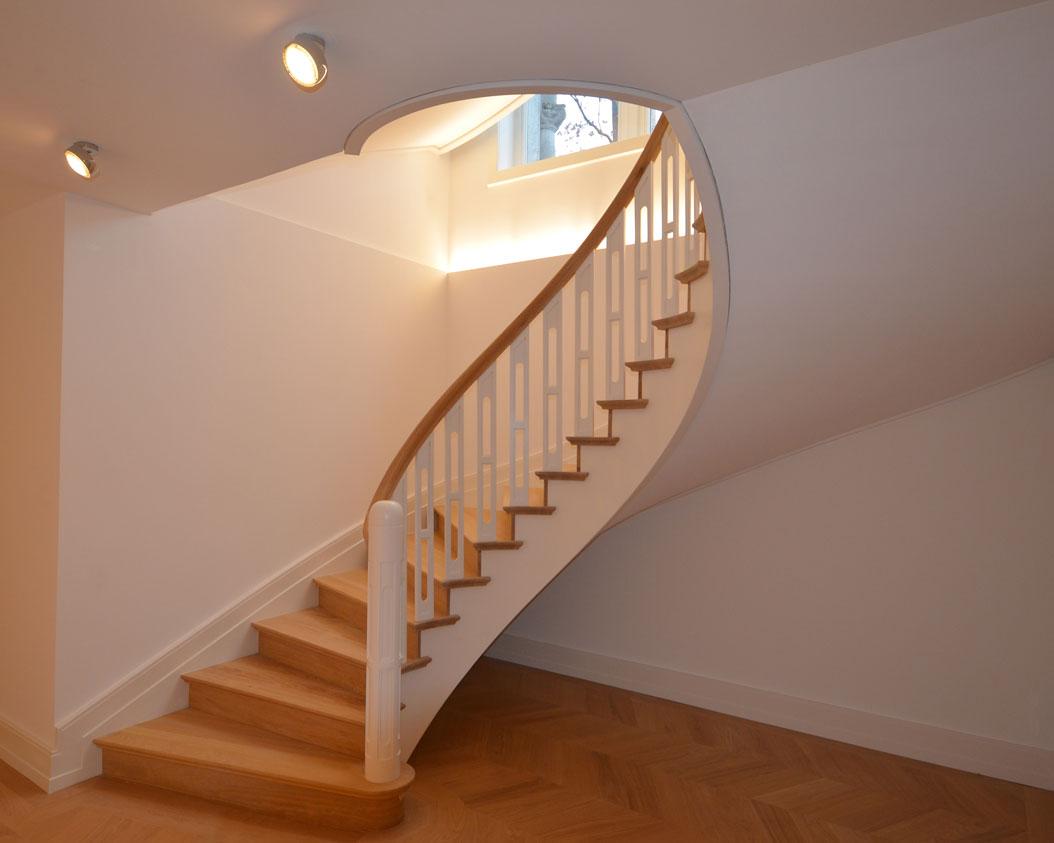 holztreppe mit ovalem treppenauge in dreieich
