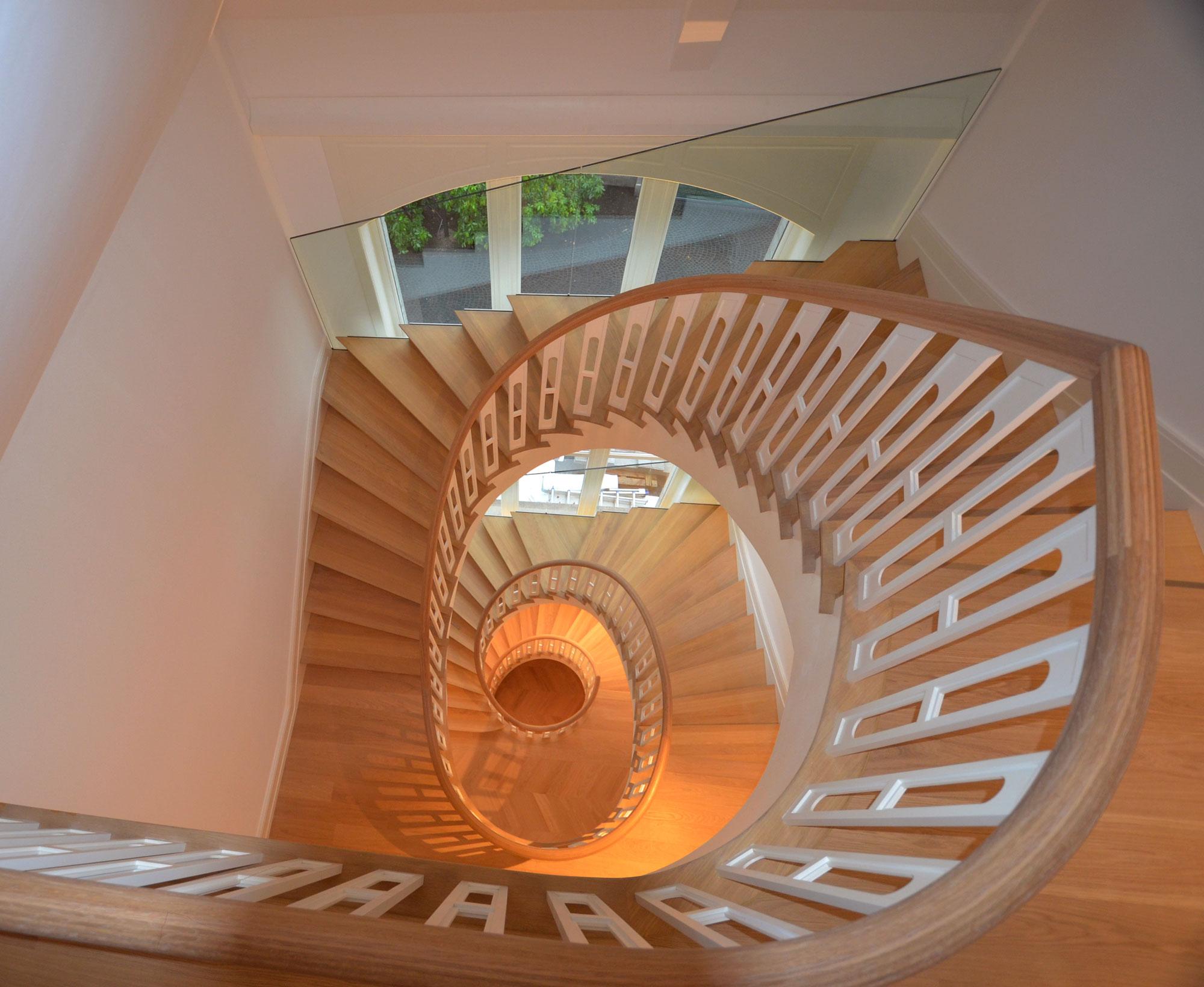 holztreppe-mit-ovalem-treppenauge-in-dreieich