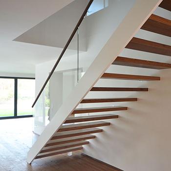 Moderne Holztreppe moderne-holztreppe-mit-glasgelaender-in-bad-homburg2-1200