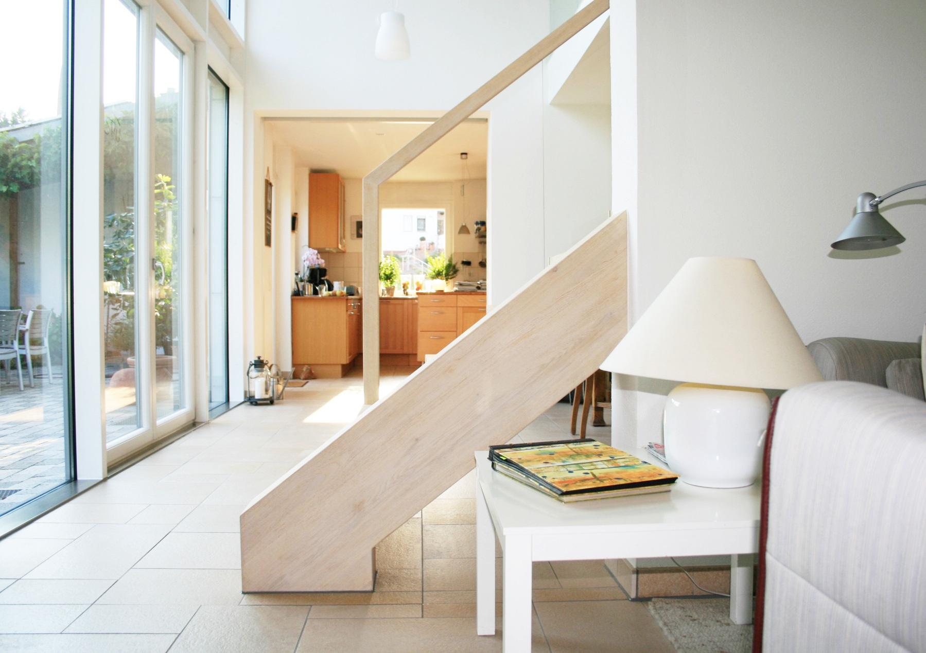 Schlanke Kragstufentreppe mit Echtglasgeländer in Lohr am Main