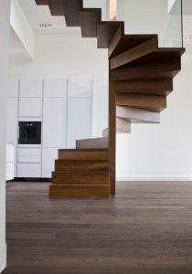 Einzigartige Holztreppe in einer Wohnung in Frankfurt von Treppenbau Diehl
