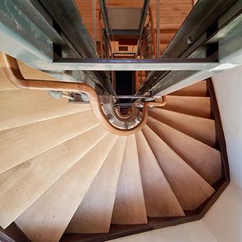 Handlauferneuerung In Folge Einer Treppenaugen Vergrößerung Zwecks  Aufzugeinbau
