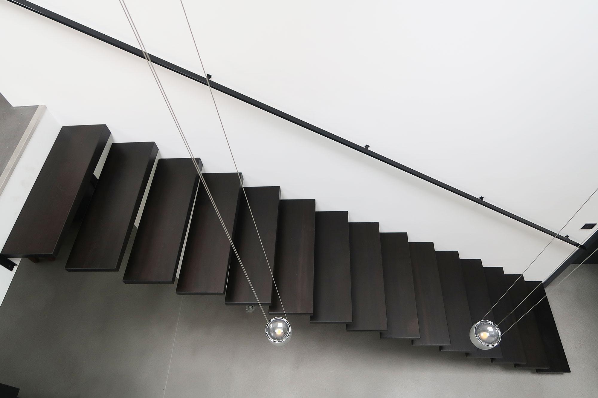 Kragstufentreppe aus Nussbaum in Nidderau