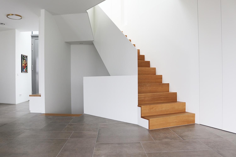 Elegante Stahlbetontreppe einer Villa in Frankfurt-Riedberg