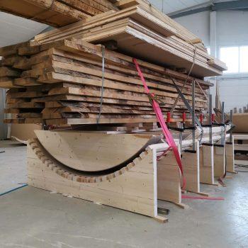Treppenbau Fertigung einer Wendeltreppe- Schichtverleimung mit Holzstaemme