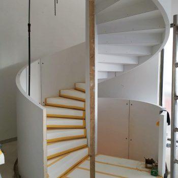 Treppenbau Montage einer Design Wendeltreppe in Frankfurt5