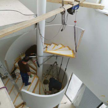 Treppenbau Montage einer Design Wendeltreppe in Frankfurt3