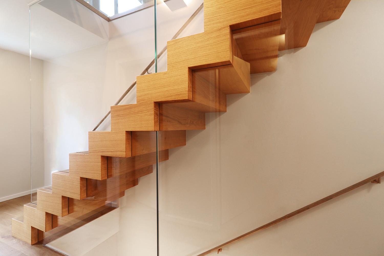 Blockstufentreppe aus Holz mit Glaswand von Treppenbau Diehl